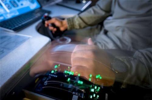 """""""Đây là yếu tố cần thiết, cho phép tiết kiệm đáng kể các khoản ngân sách. Trình mô phỏng cũng cho phép chúng tôi giảm thời gian đào tạo phi công"""", chỉ huy căn cứ 604 – đại tá Askar Izbasov cho biết. Ảnh: Informburo"""