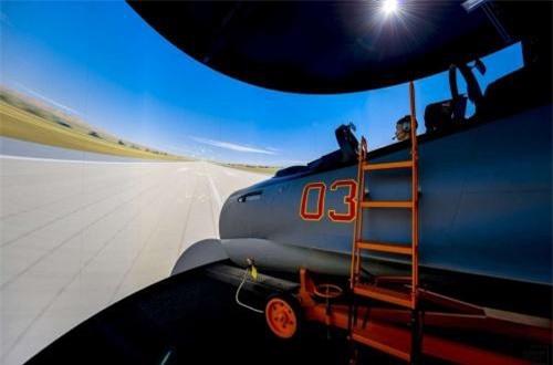 Cận cảnh buồng lái mô phỏng Su-30SM cùng màn hình hiển thị không gian như thật. Ảnh: Informburo