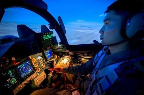 Theo đại diện của Không quân Kazakhstan, các thiết bị trong buồng lái mô phỏng giống hệt bên ngoài. Ảnh: Informburo