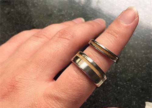 Cặp nhẫn cưới mà người phụ nữ đã mất công chuẩn bị cho mình và chồng.