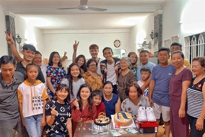 BB Trần rạng rỡ trong buổi tiệc đón tuổi mới cạnh đại gia đình
