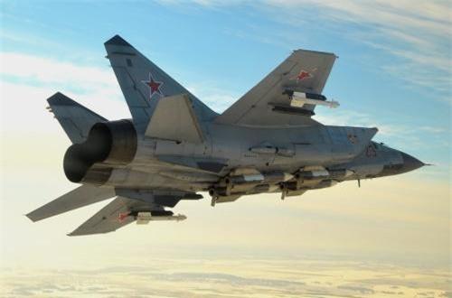 Đặc biệt, trong cuộc diễn tập trên khu vực bán đảo Kamchatka, các phi công MiG-31BM đã điều khiển máy bay đạt vận tốc 2.500km/h ở độ cao 20.000m. Chuyên gia Murakhovsky đánh giá, ngoài MiG-31 hiện chỉ có máy bay trinh sát siêu thanh SR-71 và U-2 của Mỹ mới có thể bay ở độ cao hơn 20.000m và tốc độ 2.500km/h (chỉ SR-71). Ảnh: Russian Planes