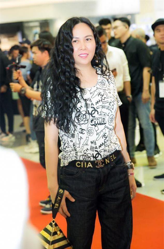"""Dự sự kiện mới đây, Phượng Chanel lại diện cả loạt đồ hiệu đắt đỏ, ngập tràn logo Chanel nhưng có phần khá """"giản dị"""" khi chỉ mặc áo thun, quần jeans."""
