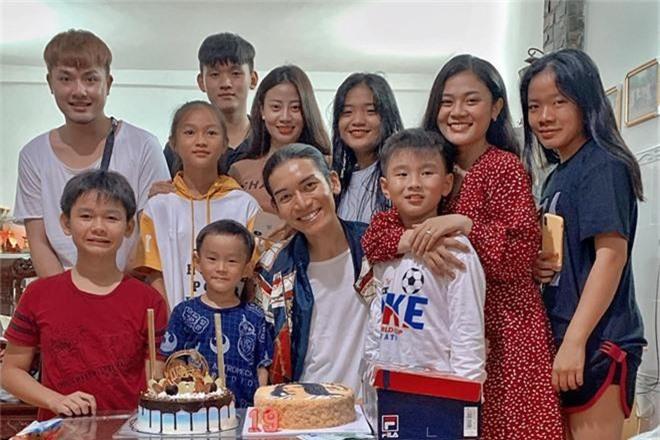 BB Trần cùng người yêu diện đồ đôi, hạnh phúc đón tuổi mới bên cạnh đại gia đình - Ảnh 2.