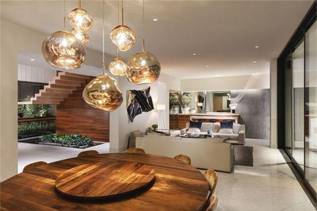 Bộ bàn ăn bằng gỗ nguyên khối tạo điểm nhấn cho toàn bộ khu khách - bếp.