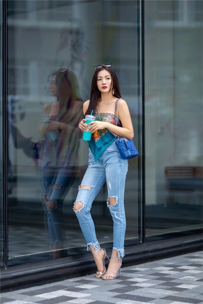Yaya Trương Nhi dùng khăn thay áo, sexy dạo phố