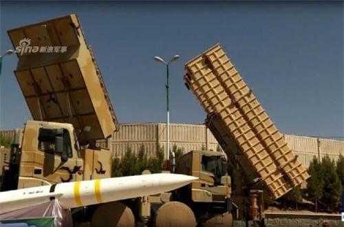 Theo Sina, các bệ phóng tự hành của Bavar 373 đều sử dụng khung gầm xe vận tải hạng nặng Zayjanah 10x10 bánh. Trên mỗi xe lắp 2-4 bệ phóng hình hộp với đạn tên lửa Sayyad 4 có tầm bắn khoảng 200km. Ảnh: Press TV