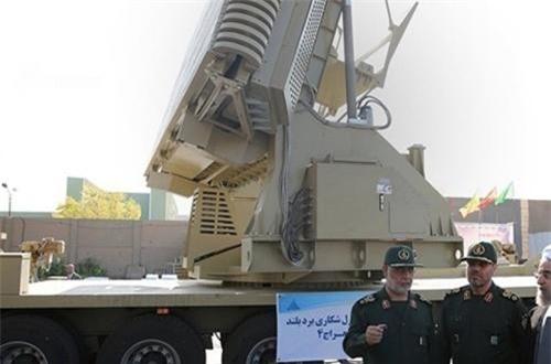 Radar điều khiển hỏa lực của Bavar-373 có tên là Meraj được thiết kế với anten mạng pha đặt trên khung gầm xe vận tải hạng nặng ZAFAR. Ảnh: Sina