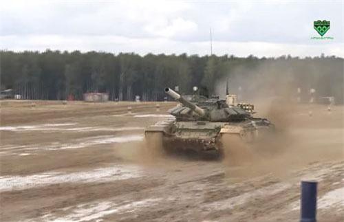 """Bấy lâu nay, nhắc tới danh hiệu xe tăng nhanh nhất thế giới, thường người ta nghĩ tới T-80 được nhiều nước trên thế giới (gồm cả khối NATO) công nhận và đặt cho nó biệt danh """"xe tăng bay"""" vì tốc độ trên 70km/h của nó. Tuy nhiên, giờ đây danh hiệu của T-80 có lẽ bị thay đổi bởi việc chính Quân đội Nga vừa chứng minh cho cả thế giới thấy rằng T-72B3 mới là xe tăng nhanh nhất hành tinh. Nguồn ảnh: Tzvezda"""