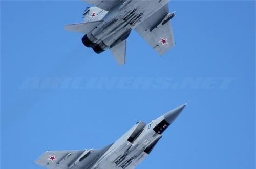 Kênh truyền hình Zvezda vừa đưa tin, phi đội tiêm kích đánh chặn MiG-31BM của Hạm đội Thái Bình Dương vừa hoàn thành 6 chuyến bay huấn luyện trên tầng bình lưu với tình huống giả định truy tìm mục tiêu xâm phạm không phận Nga và tiêu diệt chúng. Ảnh: Airliners.net