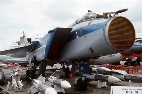 Hệ thống điện tử trên MiG-31 cũng rất đáng thèm thuồng. Nó được trang bị radar mạng pha bị động Zaslon-M có phạm vi dò tìm lớn (400 km) đối với mục tiêu cõ kích thước là máy bay cảnh báo và điều khiển trên không AWACS và khả năng điều khiển tên lửa tấn công 6 mục tiêu cùng lúc cả trên không, mặt đất, mặt biển. Ảnh: Wikipedia