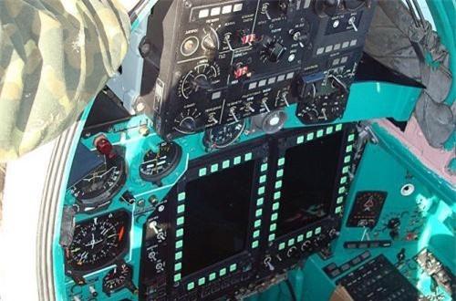 Cận cảnh buồng lái sĩ quan điều khiển vũ khí trên MiG-31BM hiện đại hóa với màn hình LCD màu. Ảnh: Wikipedia