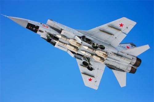 Thứ 3 về vũ khí, MiG-31 được trang bị các tên lửa không đối không có tầm bắn xa nhất hành tinh R-33 (304km) và R-37 (398km, tốc độ Mach 6). Những loại vũ khí này được thiết kế để tiêu diệt các máy bay có giá trị cao của kẻ thù như máy bay ném bom chiến lược, máy bay cảnh báo sớm AWACS. Ảnh: Russian Planes
