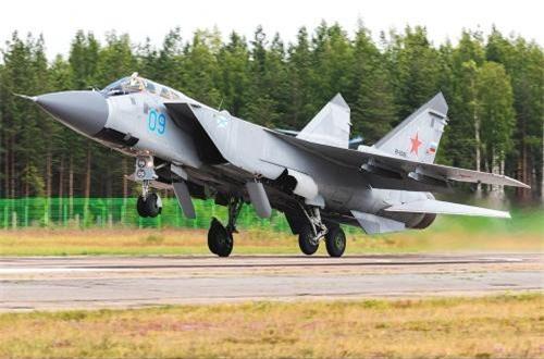 Như vậy để thấy rằng, chỉ riêng tốc độ, không một máy bay chiến đấu nào trên thế giới gồm cả F-22, F-35 là đạt được trần bay và tốc độ lớn như MiG-31BM. Cho nên, không thể bàn cãi việc xem MiG-31BM là tiêm kích đánh chặn số 1 thế giới. Mà tốc độ - trần bay trong cuộc diễn tập ở Kamchatka chưa phải là giới hạn với MiG-31BM nói riêng và dòng MiG-31 nói chung. Ảnh: Jetphotos