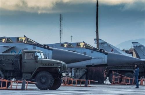 Theo Wikipedia, MiG-31 là dòng máy bay tiêm kích đánh chặn chiến lược trên chiến trường được phát triển từ những năm 1970, nhưng tới nay nó vẫn được xem là một thứ vũ khí trên không cực kỳ nguy hiểm. Luôn khiến các máy bay phương Tây phải nơm nớp mỗi khi bị nó theo đuổi. Ước tính, Không quân Nga hiện đang có trong tay 386 chiếc, một phần trong số đó đang hiện đại hóa lên chuẩn BM và BMS hiện đại hơn. Ảnh: Wikipedia