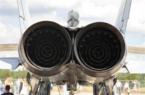 """Thứ nhất là động cơ, MiG-31 trang bị cặp động cơ tuốc bin phản lực Aviadvigatel D30-F6 lực đẩy đạt 34.000 cân Anh (cũng được mô tả như """"động cơ đường vòng"""" vì tỷ lệ đường vòng thấp) cho phép nó đạt tốc độ tối đa mach 1.23 ở độ cao thấp. Tốc độ tới hạn trên độ cao lớn đạt Mach 2,83, nếu dùng nhiên liệu phụ trội thì tốc độ của nó vượt qua Mach 3,2, nhưng bay với tốc độ như vậy gây ra những mối đe dọa đến động cơ và khung máy bay. Ảnh: Wikipedia"""