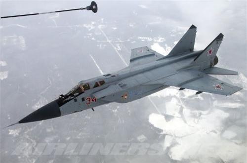 MiG-31 đạt tầm bay 3.000km nếu mang 4 tên lửa và 2 thùng dầu phụ, lên tới 5.400km nếu được tiếp nhiên liệu trên không một lần; bán kính chiến đấu 1.400km nếu bay tốc độ cận âm và độ cao tối đa 10.000m và rút xuống chỉ còn 720km nếu bay tốc độ Mach 2,35 và ở độ cao 18.000m. Trần bay tối đa mà MiG-31 đạt được tới 25km - gần chạm giới hạn độ cao tên lửa S-300, S-400, tốc độ leo cao 288m/s. Ảnh: Airliners.net