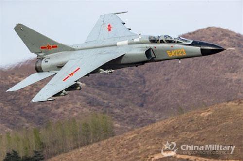 Thời báo Hoàn Cầu dẫn lời chuyên gia Liu Xuanzun, JH-7A II là máy bay tiêm kích - bom hiện đại nhất được tăng cường hiệu suất bay và hỏa lực so với phiên bản trước JH-7A. Hình ảnh về JH-7A II được cho là đã xuất hiện trong các đoạn video khai mạc cuộc thi phi công quân sự Aviadarts vừa mới khởi tranh vài ngày trước. Nguồn ảnh: China Military