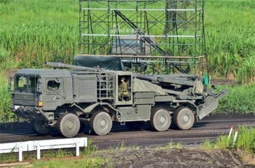 Theo Sina, trong khuôn khổ cuộc tập trận dưới chân núi Phú Sĩ cách đây ít ngày, Lực lượng Phòng vệ Nhật Bản lần đầu tiên giới thiệu pháo tự hành bánh lốp Type 19 do nước này tự phát triển. Ảnh: Sina