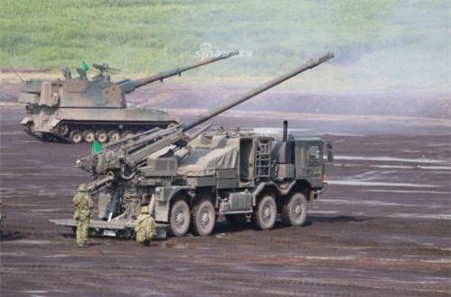 Đáng chú ý, đây được xem là pháo tự hành bánh lốp đầu tiên do Nhật Bản sản xuất và cũng là đầu tiên trong kho vũ khí pháo binh Nhật Bản. Trước đó, họ chỉ sở hữu vài trăm khẩu pháo tự hành bánh xích Type 99 và M110 203mm. Ảnh: Sina