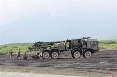 Pháo tự hành bánh lốp Type 19 sử dụng khung gầm xe vận tải hạng nặng MAN 8x8 bánh của Đức nên nó trông khá đồ sộ. Ảnh: Sina