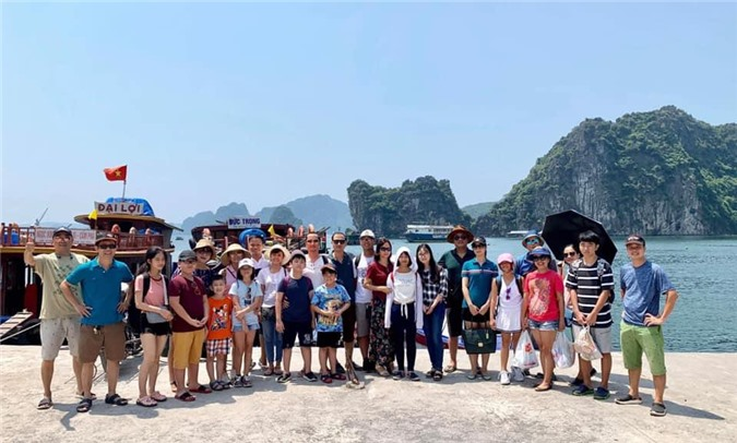 Bến cảng Vũng Đục nơi tàu đưa du khách ra đảo Đông Chén.
