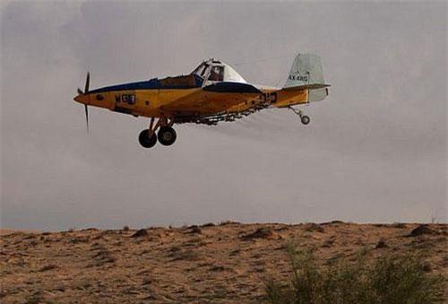 Một máy bay nông nghiệp rải phân bón ở sa mạc Negev (Ảnh minh họa: Times of Israel)
