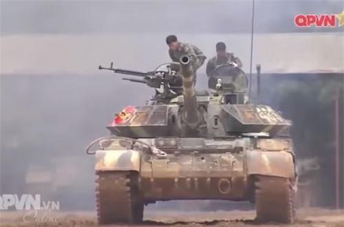Xe tăng T-54B cải tiến cơ bản chỉ thay đổi chút ít ngoại hình, chủ yếu nằm ở việc được tăng cường thêm giáp phản ứng nổ (ERA) được bọc quanh mặt trước tháp pháo và thân xe tăng. Ảnh: QPVN