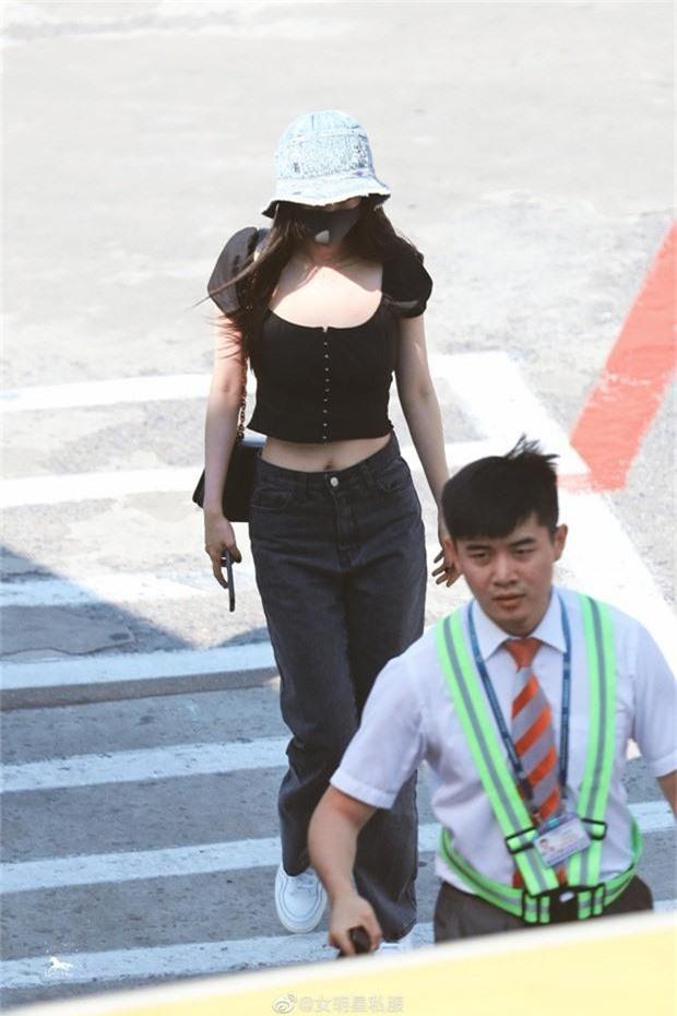 Chăm diện đồ ngắn, đôi lúc hớ hênh, Dương Mịch hack tuổi như thiếu nữ đôi mươi, bảo sao là quý cô độc thân hot nhất Cbiz - Ảnh 7.