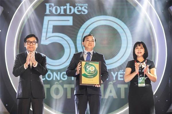 """Ông Lê Thành Liêm – Giám đốc Điều hành Tài Chính Vinamilk nhận kỷ niệm chương của Forbes VN trong Lễ vinh danh """"50 công ty niêm yết tốt nhất Việt Nam 2019"""""""