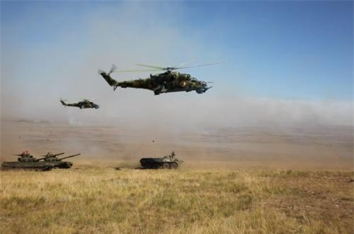 """Hãng thông tấn Tass dẫn thông cáo của Văn phòng báo chí Quân khu miền Đông của Nga cho biết """"buổi lễ đặc biệt đã được tổ chức ở thao trường Munkh Khet tại Mông Cổ, chính thức khai mạc cuộc tập trận Selenga-2019 với sự tham gia của 1.000 binh sĩ Đơn vị súng trường cơ giới thuộc Quân khu miền Đông đóng tại thành phố Kyakhta (CH Buryatia), cùng 1.000 binh sĩ Mông Cổ"""". Ảnh: Oikon"""