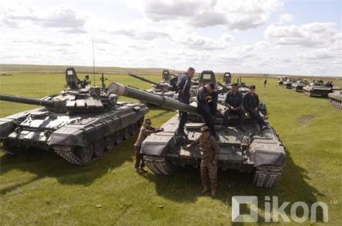 Mông Cổ có lẽ chỉ huy động một số xe thiết giáp BMP-2, họ cũng có T-72 nhưng là phiên bản T-72A cũ hơn không có giáp phản ứng nổ (ERA). Ảnh: Oikon