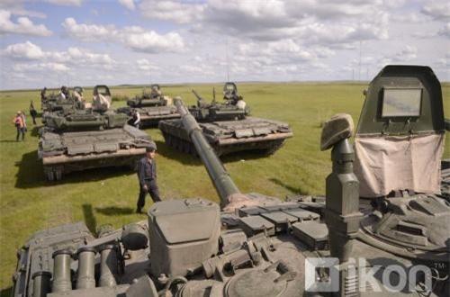 Cảnh xe tăng – thiết giáp dàn hàng duyệt đội ngũ trước giờ khai mạc tập trận luôn là một trong những hình ảnh hoành tráng nhất của bất kỳ cuộc diễn tập quân sự nào. Ảnh: Oikon