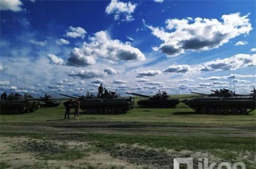 Thông cáo cho hay Quân khu miền Đông của Nga sẽ huy động khoảng 300 hệ thống vũ khí trong cuộc tập trận này, bao gồm cả bích kích pháo Akatsiya 152mm, hệ thống rocket phóng loạt Grad, súng phòng không tự hành Shilka, các xe tăng T-72B3, xe chiến đấu bộ binh cơ giới BMP-2, trực thăng Mi-24 và Mi-8AMTSh… cùng nhiều loại vũ khí, khí tài hiện đại khác. Ảnh: Oikon