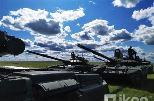 Trong ảnh, hàng dài xe tăng T-72B3 duyệt đội ngũ trước giờ tập trận. Ảnh: Oikon