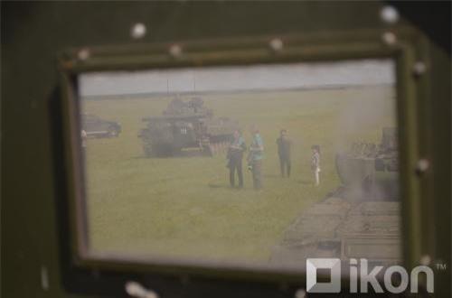 Hình ảnh độc đáo chụp qua khiên giáp pháo thủ xe tăng T-72. Ảnh: Oikon