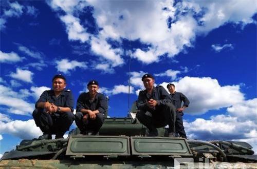Một nhóm lính đứng trên đuôi xe tăng T-72B3 được triển khai cho cuộc tập trận. Ảnh: Oikon