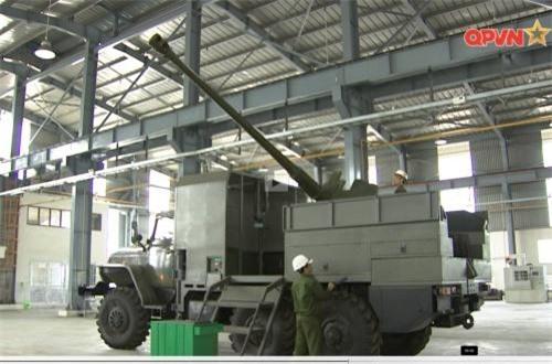 """Trong chương trình phóng sự """"Hiệu ứng từ những công trình trẻ"""" trên kênh Quốc phòng Việt Nam được phát hôm 11/8 xuất hiện những hình ảnh đặc biệt về loại pháo tự hành mới do Việt Nam phát triển có tên gọi là PTH85D44-VN18. Ảnh: QPVN"""