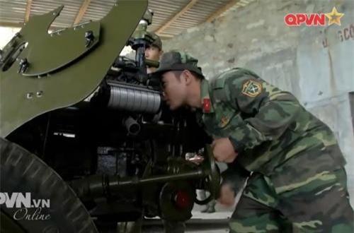 Chức năng của pháo D-44 85mm trên mặt đất là chống các loại xe tăng hạng trung, hạng nhẹ với tầm bắn tối đa 15,65km, hiệu quả (chống xe tăng) là 1,15km, tốc độ bắn 20 phát/phút, góc nâng hạ nòng -7 đến +35 độ. Ảnh: QPVN