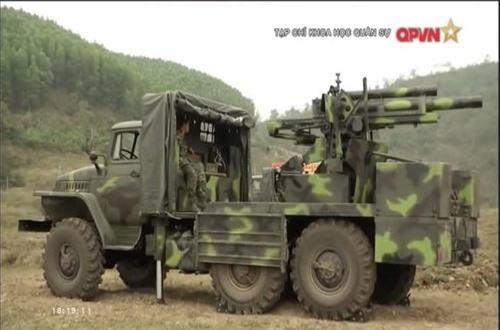 Ural-375D hiện là một trong những dòng xe vận tải quân sự chủ lực của lực lượng hậu cần Quân đội Nhân dân Việt Nam. Xe có tải trọng tối đa 4,5 tấn, trnag bị động cơ xăng 180hp với hộp số sàn 7 cấp, tốc độ tối đa 76km/h. Ảnh: QĐND