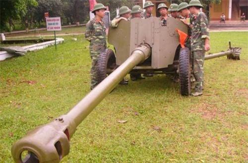 Theo Wikipedia, D-44 85mm được xếp vào phân loại pháo chống tăng hoặc pháo dã chiến cấp sư đoàn, do Uralmash sản xuất từ cuối chiến tranh thế giới thứ 2 tới tận năm 1953 cho Hồng quân Liên Xô. Sau này, Liên Xô xuất khẩu số lượng lớn pháo D-44 85mm cho Việt Nam sử dụng trong kháng chiến chống Mỹ. Ảnh: QPVN