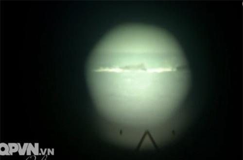 Trên khẩu pháo 85mm được trang bị kính ngắm quang học OP-2-7, trong điều kiện ban ngày có thể bắt mục tiêu cách xa 1.500m. Ảnh: QPVN
