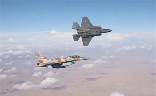 Tiêm kích tàng hình F-35I Adir và F-16I Sufa của Không quân Israel. Ảnh: IAF.