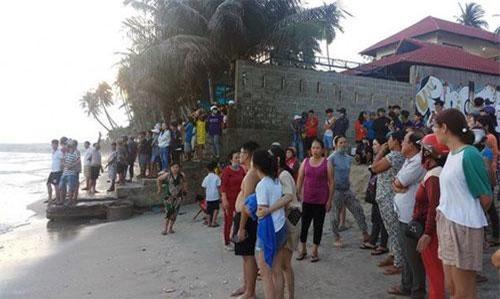 Nhiều người dân theo dõi tình hình tìm kiếm 4 người mất tích