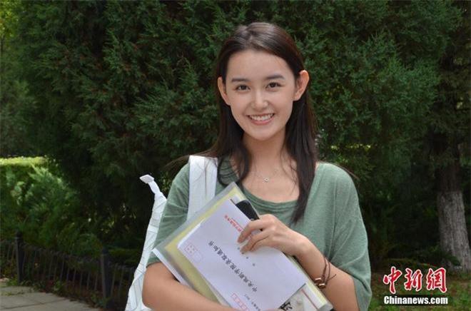 Tưởng Y Y tuy mới vừa tròn 18 (sinh năm 2001) nhưng trong tay cô nàng đã sở hữu gia tài hơn 60 bộ phim, góp mặt trong nhiều bộ phim đình đám, đặc biệt chuyên trị các vai lúc nhỏ của sao Hoa ngữ.
