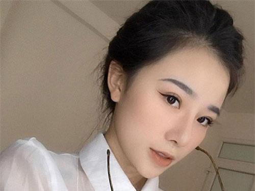 Nguyễn Minh Anh (sinh năm 1998), sinh viên Học viện Báo chí và Tuyên truyền, là Miss Báo Chí trong cuộc thi Press Beauty 2018. Ngoài ra, 9X từng đạt giải cao nhất cuộc thi The Next MC 2018. Sau đó, Minh Anh tham gia diễn xuất trong series hài Loa Phường.