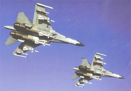 Tiêm kích J-11A của Không quân Trung Quốc mang pod gẫy nhiễu điện tử L005S Sorbsiya trên đầu mút cánh. Ảnh: China Defence.