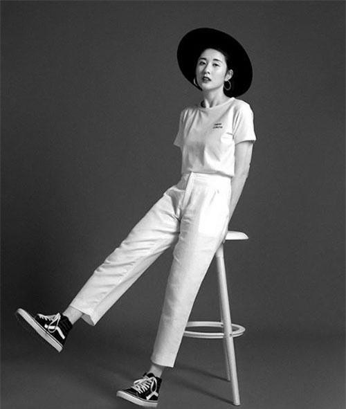 Julia luôn trung thành với gu thời trang tối giản với 2 màu đen, trắng chủ đạo.