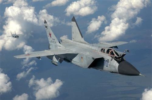 Với 2 động cơ tuốc bin phản lực Soloviev D-30F6 đạt tốc độ 3.000km/h ở trần bay lớn, MiG-31 được xem là tiêm kích đạt tốc độ nhanh nhất trên thế giới hiện nay. Ảnh: War.163