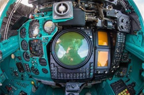 Các mẫu MiG-31 đời đầu trang bị radar quét mạng pha điện tử bị động Zaslon S-800 cho phép phát hiện máy bay chiến đấu ở tầm xa đến 200km, theo dõi cùng lúc 10 mục tiêu và tấn công đồng thời 4 mục tiêu. Các đời sau dùng radar Zaslon-M có khả năng phát hiện mục tiêu cách xa 400km, có thể dẫn đường cho 6 tên lửa cùng lúc. Ảnh: War.163